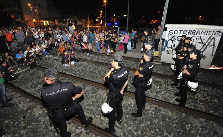 Los manifestantes ocupan las vías en el paso a nivel de Senda de Los Garres