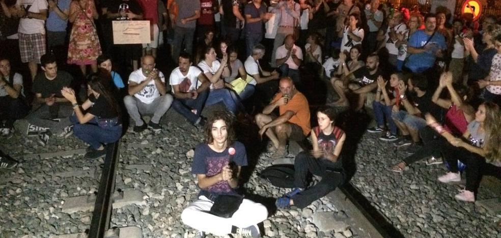 Los manifestantes interrumpen el paso de varios trenes tras ocupar las vías en Senda de Los Garres