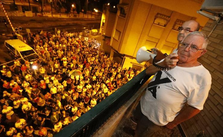 Los manifestantes se volvieron a concentrar este jueves en el paso a nivel de Santiago el Mayor