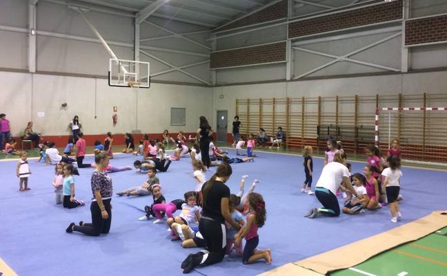 Los más pequeños participan en la jornada de iniciación a la gimnasia rítmica de los Juegos