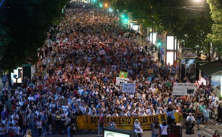 Masiva movilización en Murcia contra el 'muro' del AVE