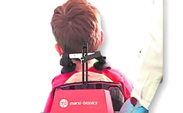 Un niño con un exoesqueleto de marcha pediátrico modelo ATLAS2020.