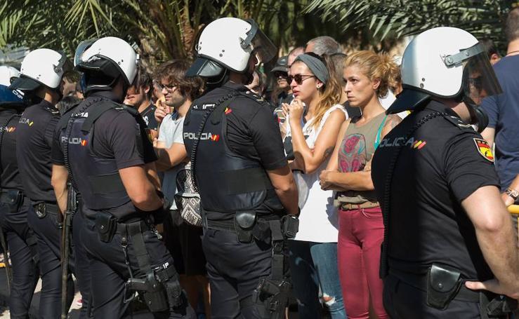 Enfrentamiento entre los vecinos y la Policía junto a la vías