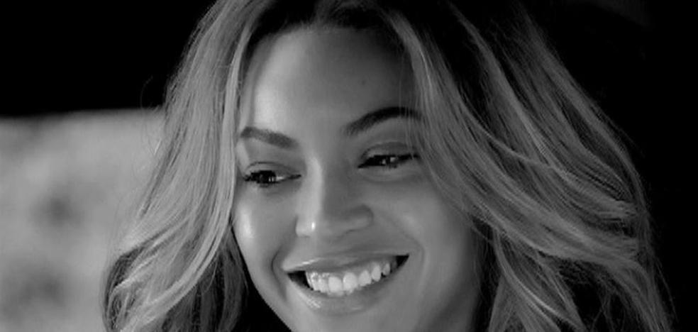 Beyoncé se muestra sin maquillaje y ceñida