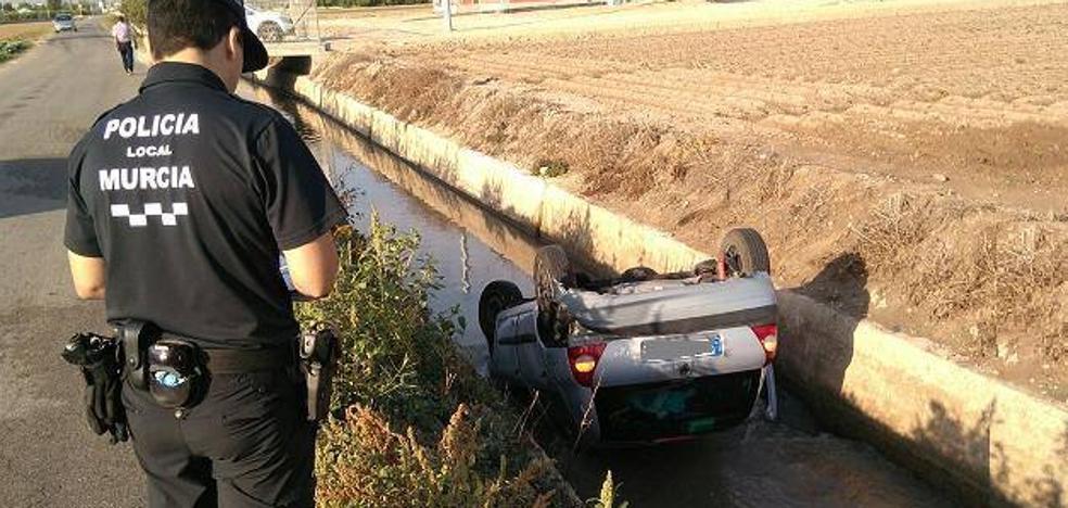 Cae un coche a la acequia del Azarbe en El Esparragal