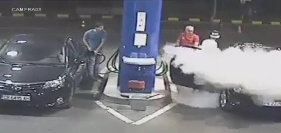 La lección de un gasolinero a un hombre que no quería apagar el cigarro