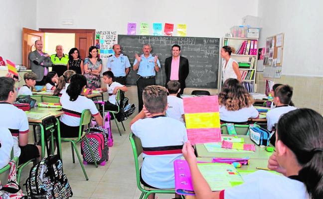 El coronel de la base de Alcantarilla hace 'patria' escolar