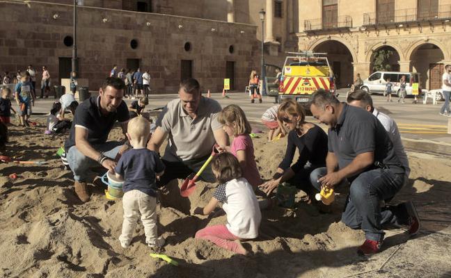 Una jornada de diversión al aire libre con juegos populares y castillos de arena