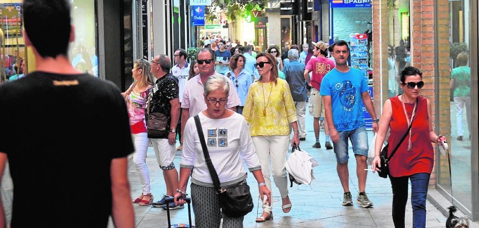 Lunes con ambiente de sábado por la afluencia de alicantinos de compras
