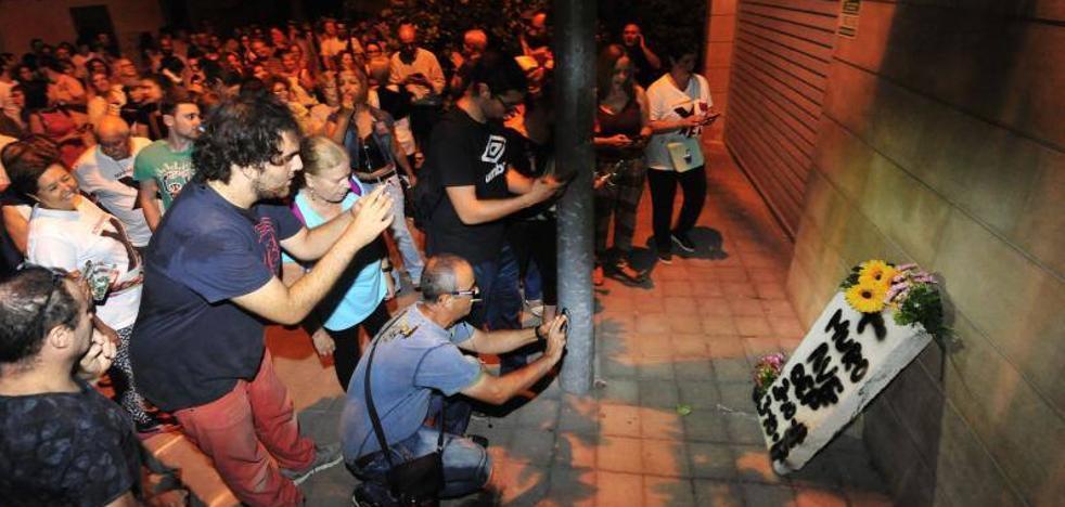Escrache de vecinos de las vías en la casa de López Miras en la huerta