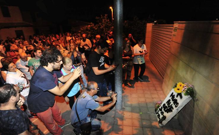Vecinos de las vías colocan una 'lápida' en la casa de huerta de López Miras