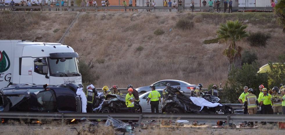 Cinco fallecidos en una colisión múltiple de dos camiones y otros once vehículos en la A-7