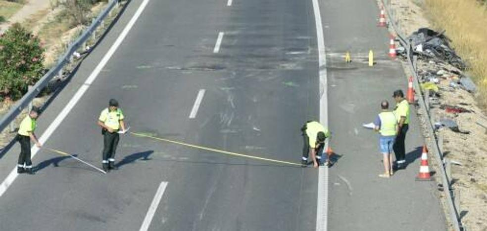 La Guardia Civil recoge pruebas en el lugar de la colisión