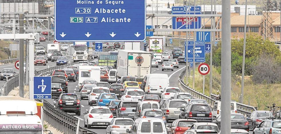 Cortes de vías y retenciones en la A-30 a la altura de Murcia en el inicio del Puente del Pilar