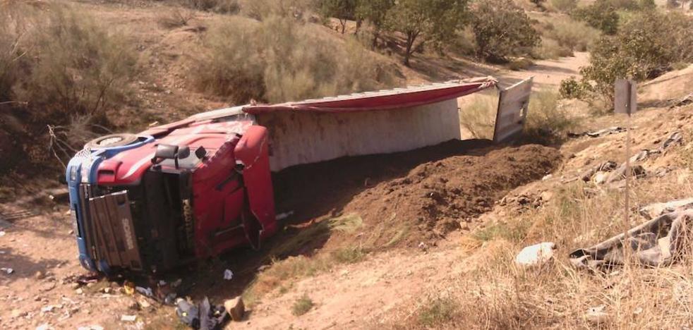 Un hombre herido tras volcar el camión que conducía en Lorca