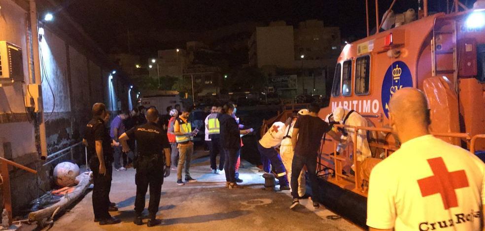 Rescatan a 17 inmigrantes de dos pateras localizadas frente a Cabo de Palos
