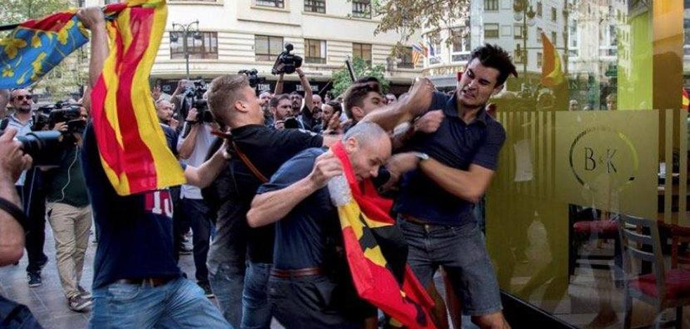 El 'chico del polo azul' que se enfrentó a un grupo de ultras