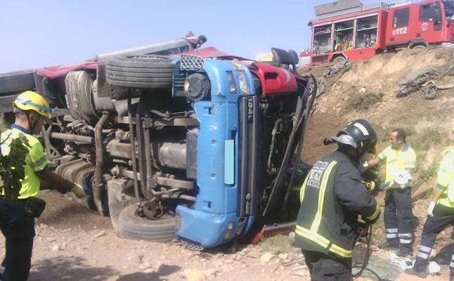 Los bomberos rescatan a un camionero de 47 años tras volcar su vehículo en Aguaderas