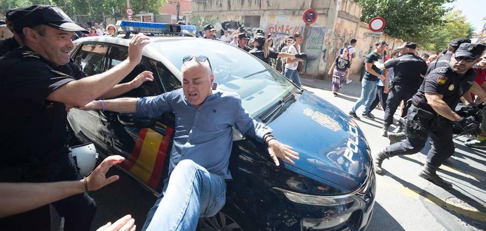 Dos militantes de Podemos declaran como investigados por desobediencia