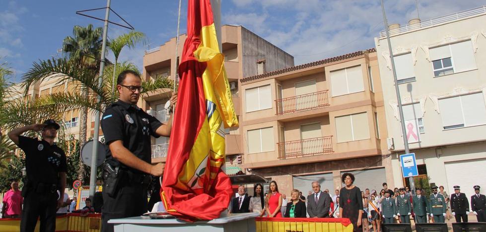 Miles de vecinos de la Región enarbolan 'la rojigualda' en el día grande del país