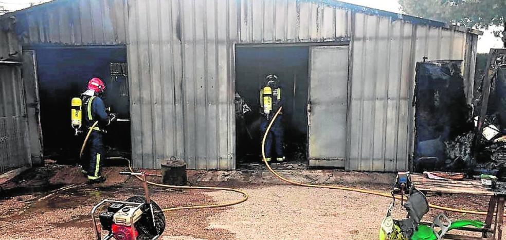 Extinguen un incendio en un almacén de aperos