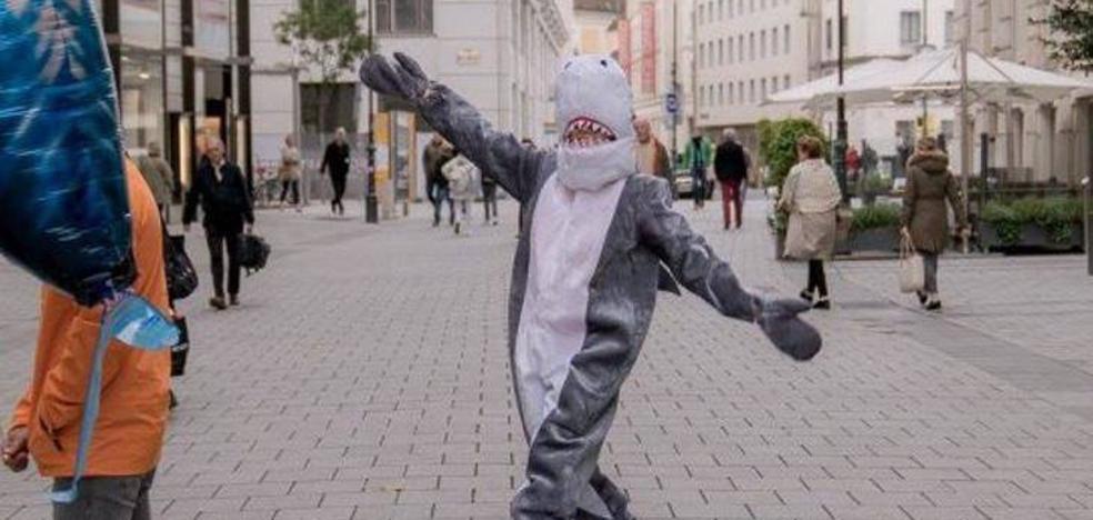 Detienen a un hombre que iba disfrazado de tiburón por la ley antiburka
