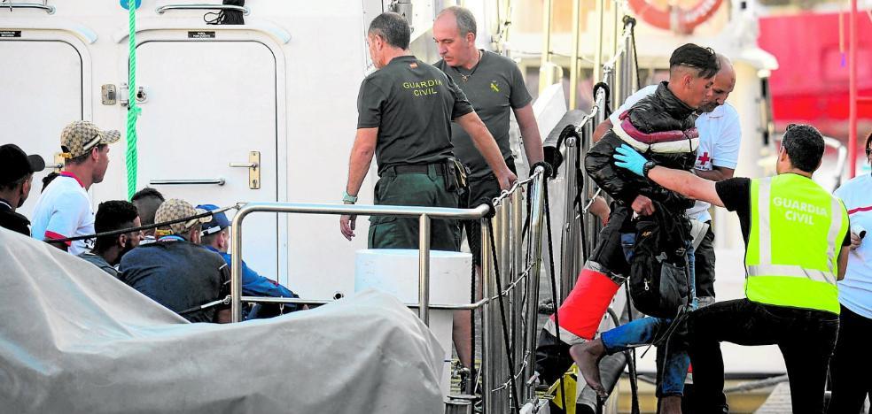 La oleada de embarcaciones colapsa el CIE y obliga a trasladar a 'sin papeles' a las ONG