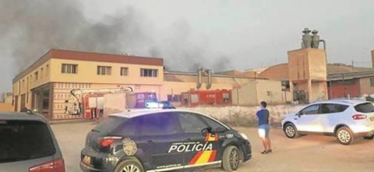 Arde una nave junto a la Policía Local de Yecla