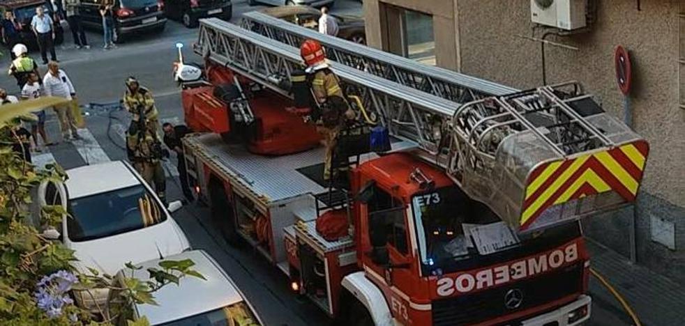 Arden dos colchones en la azotea de un edificio de Puente Tocinos