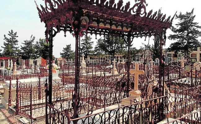 Cultura sugiere al Ayuntamiento que proteja tres tumbas del cementerio