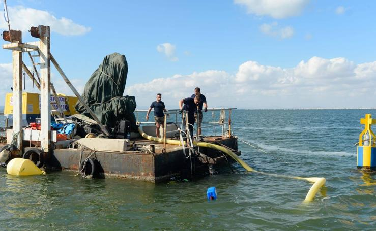 La Armada reflota del fondo del Mar Menor tres embarcaciones hundidas la pasada década