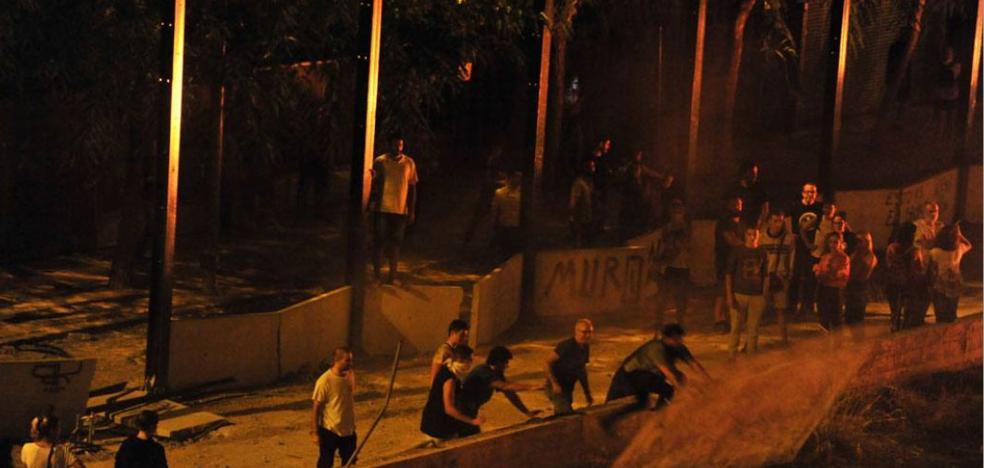 La juez prohíbe acercarse a las vías a cuatro jóvenes por los altercados del 3 de octubre