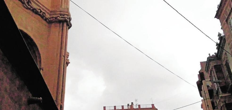 Cables que afean la Catedral