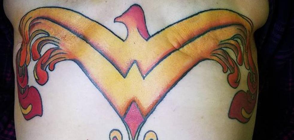 El tatuaje que le hizo una 'superheroína' tras una mastectomía
