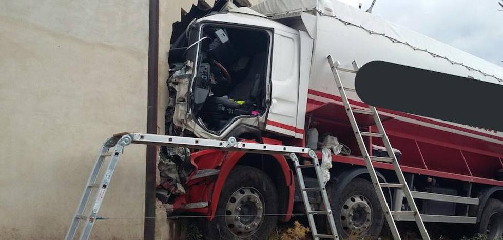 Aparatoso accidente de un camionero murciano en Albacete