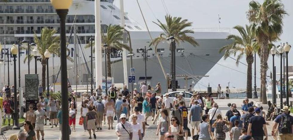 La Policía Local restringirá el tráfico este lunes en el Casco Histórico por la llegada de cuatro cruceros