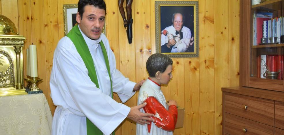 Roban donativos y destrozan la imagen del 'monaguillo' de San Juan Bautista
