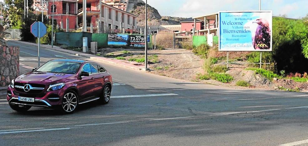 Los vecinos exigen una rotonda para garantizar la seguridad en el acceso al complejo Los Collados