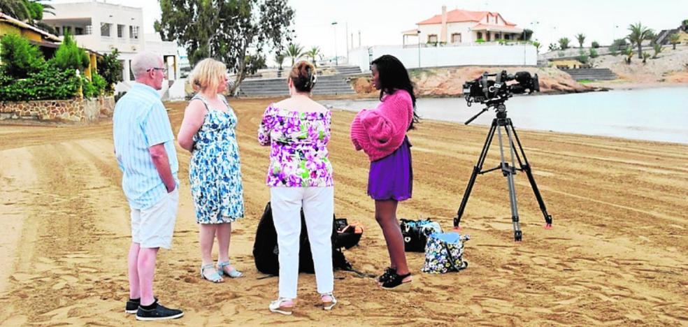 La televisión británica graba en la playa de Bahía