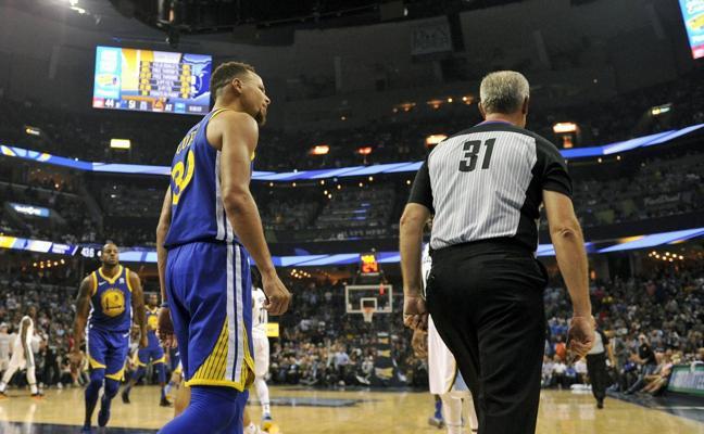 Curry, multado con 50.000 dólares por lanzar su protector bucal contra el árbitro