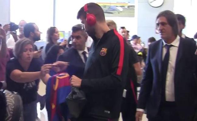 Decenas de aficionados reciben al Barcelona en San Javier