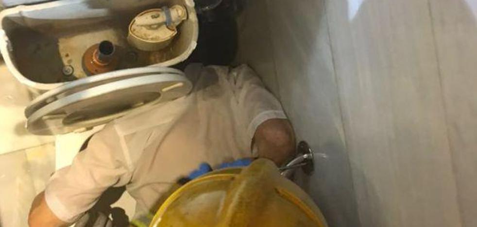 Rescatan a un hombre con la cabeza atrapada entre un váter y la pared
