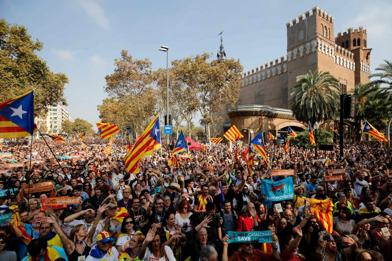 Los independentistas celebran la aprobación de la DUI en las calles de Barcelona