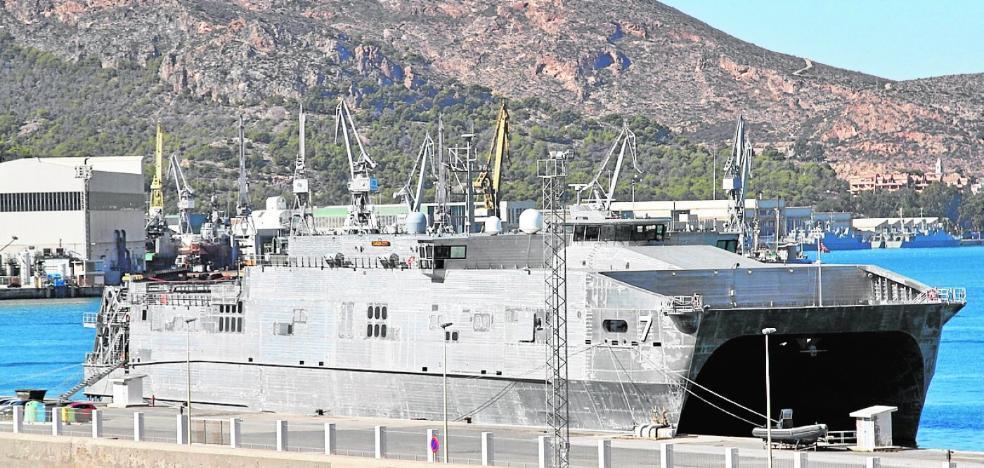 Un catamarán de la US Navy se refugia en La Curra