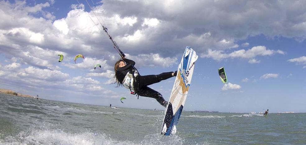 El PP pide acotar zonas para 'kitesurf' en las playas de la Región