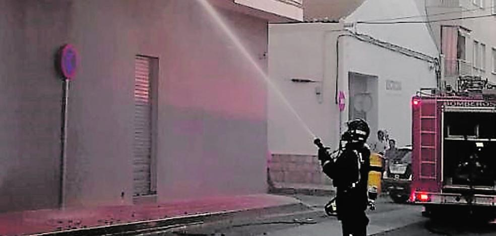 Nueve intoxicados, tres de ellos niños, en un incendio en San Javier