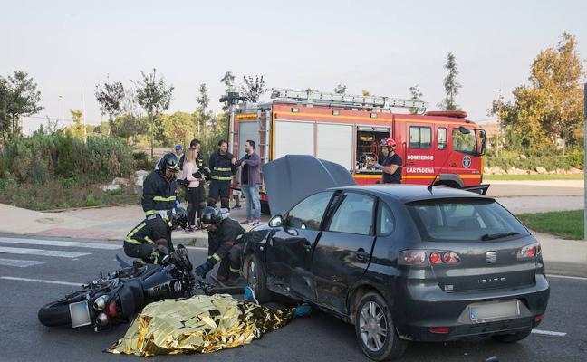 Muere un motorista al colisionar con un coche y quedar atrapado debajo