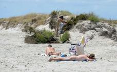 El Defensor del Pueblo censura que se prohíba el nudismo en todas las playas