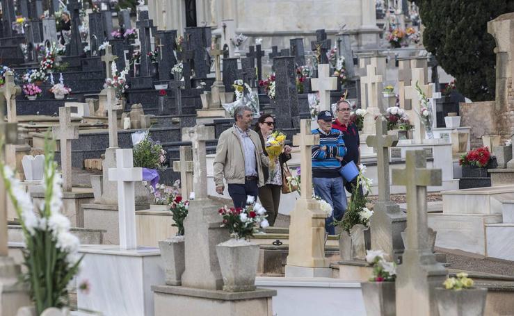 Los cartageneros visitan las tumbas de sus familiares