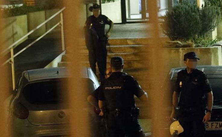 Una veintena de 'sin papeles' logran escapar tras un motín en el CIE